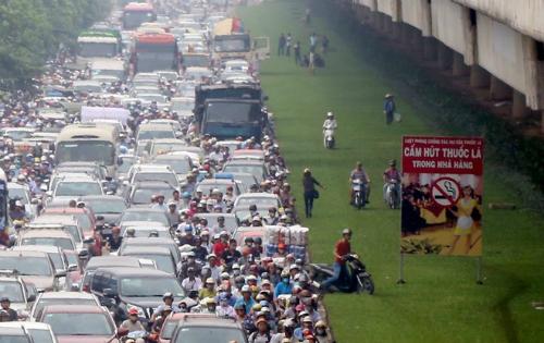 Theo tiến sĩ Xuân Thuỷ, nếu Hà Nội hạn chế ngay phương tiện cá nhân, người dân sẽ không có đủ phương tiện công cộng để đi lại. Ảnh minh hoạ: Bá Đô