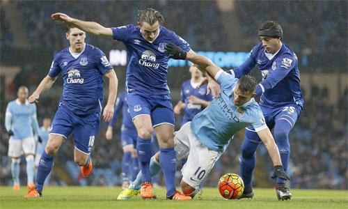 Man City (áo xanh nhạt) tiếp tục gặp khó trước lối chơi kỷ luật của Everton. Ảnh: Shutterstock.