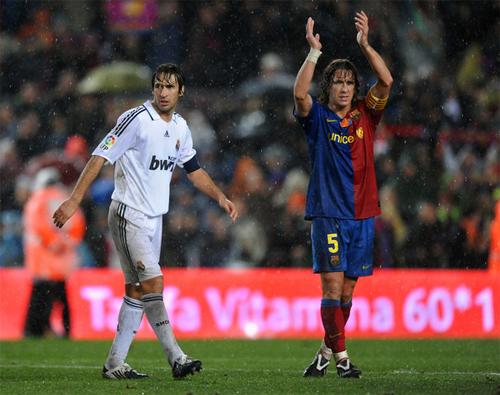 Raul (trái) từng ghi nhiều bàn thắng vào lưới Barca trong các trận El Clasico. Ảnh: Reuters