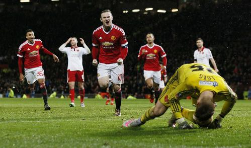 Wayne Rooney ghi bàn duy nhất trên chấm phạt đền. Ảnh: Reuters.