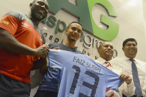 Faiz Subri (thứ hai từ trái sang) nhận được phản ứng mạnh mẽ từ truyền thông sau bàn thắng để đời. Ảnh: The Malaysian Insider.
