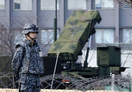 Thành viên lực lượng phòng vệ Nhật hôm 31/1 đứng cạnh đơn vị tên lửa PAC-3 Patriot tại Bộ Quốc phòng ở Tokyo. Ảnh: AP