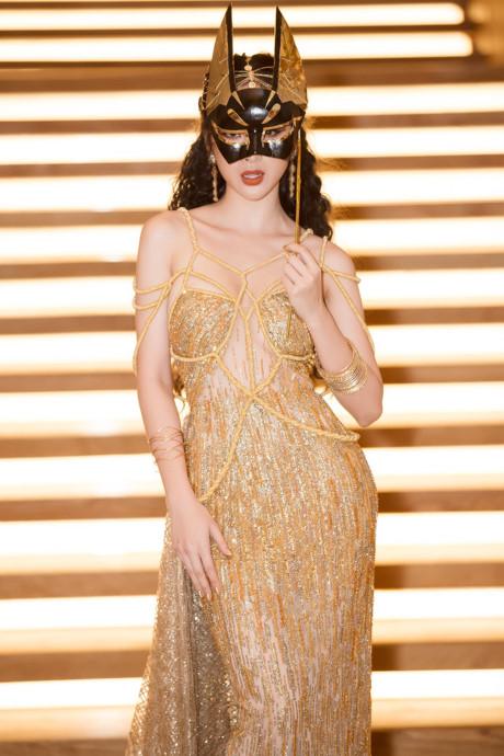 Angela Phương Trinh khoe lưng trần diện váy xuyên thấu